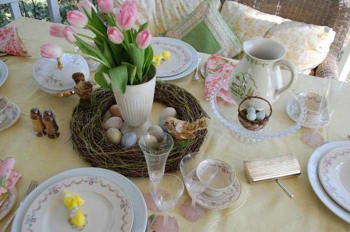 Живые цветы и горящие свечи – главные атрибуты пасхального стола