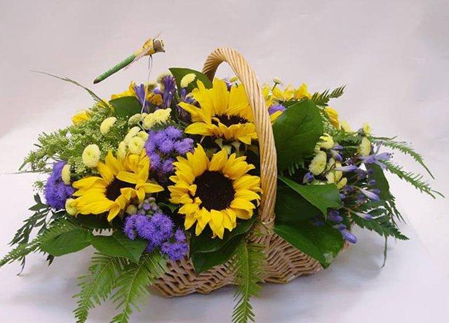 Композиции из цветов в корзинках: украсьте любой праздник!
