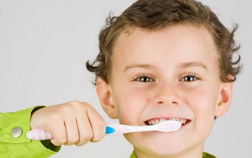 Как научить ребенка чистить зубы регулярно