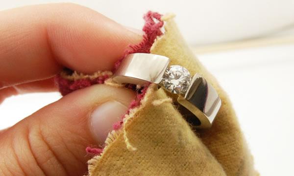 Как ухаживать за украшениями с бриллиантами