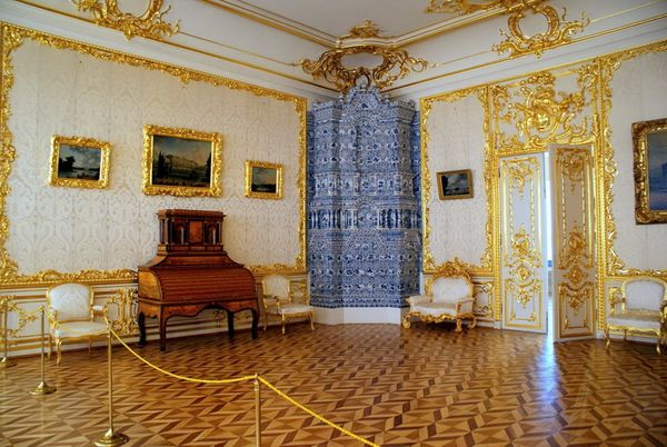 Почему императрица Екатерина Великая часто меняла диваны в своих покоях