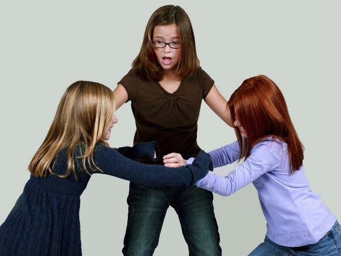 Ребенок агрессивен и ругается: почему и что делать?