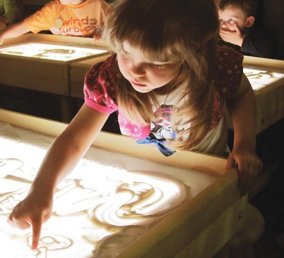 Рисование песком сегодня рекомендуется всем детям