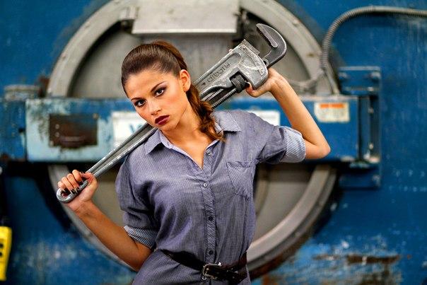 Ремонтировать сантехнику женщины могут и самостоятельно. Это не так сложно