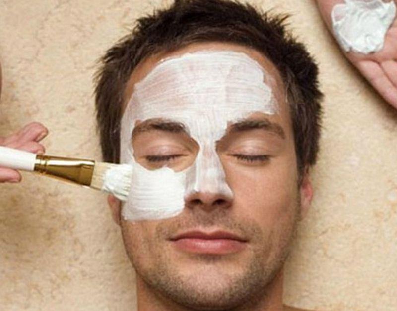 Современные мужчины тоже пользуются косметичками, красят губы и делают маникюр